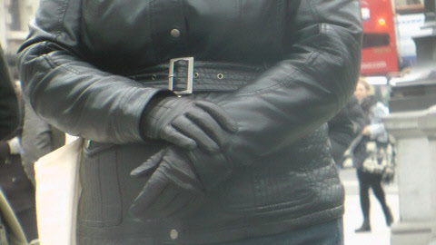 girl-leather-jacket-black-leather-gloves